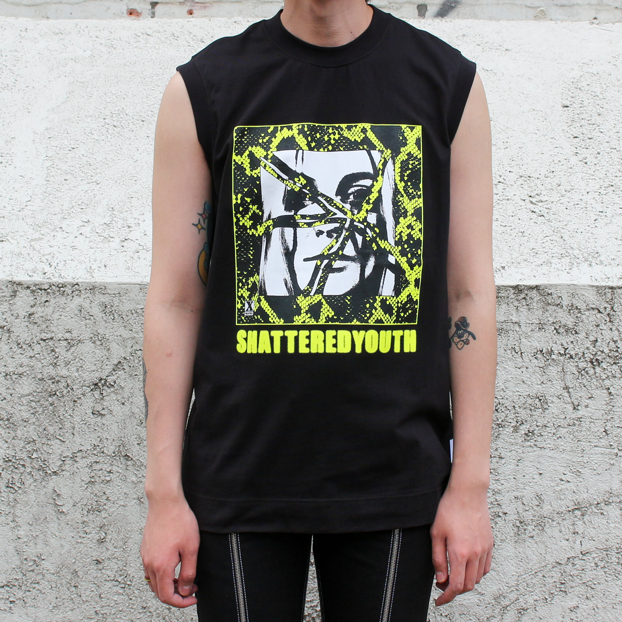SLEEVELESS T-SHIRT SHATTERED YOUTH PRINT_BLACK