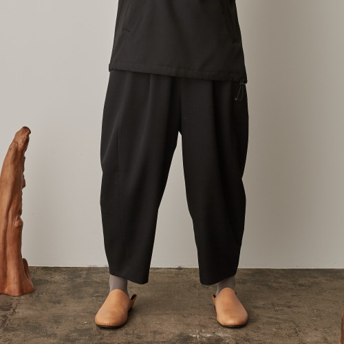 SIDE POCKET TUCK PANTS_BLACK