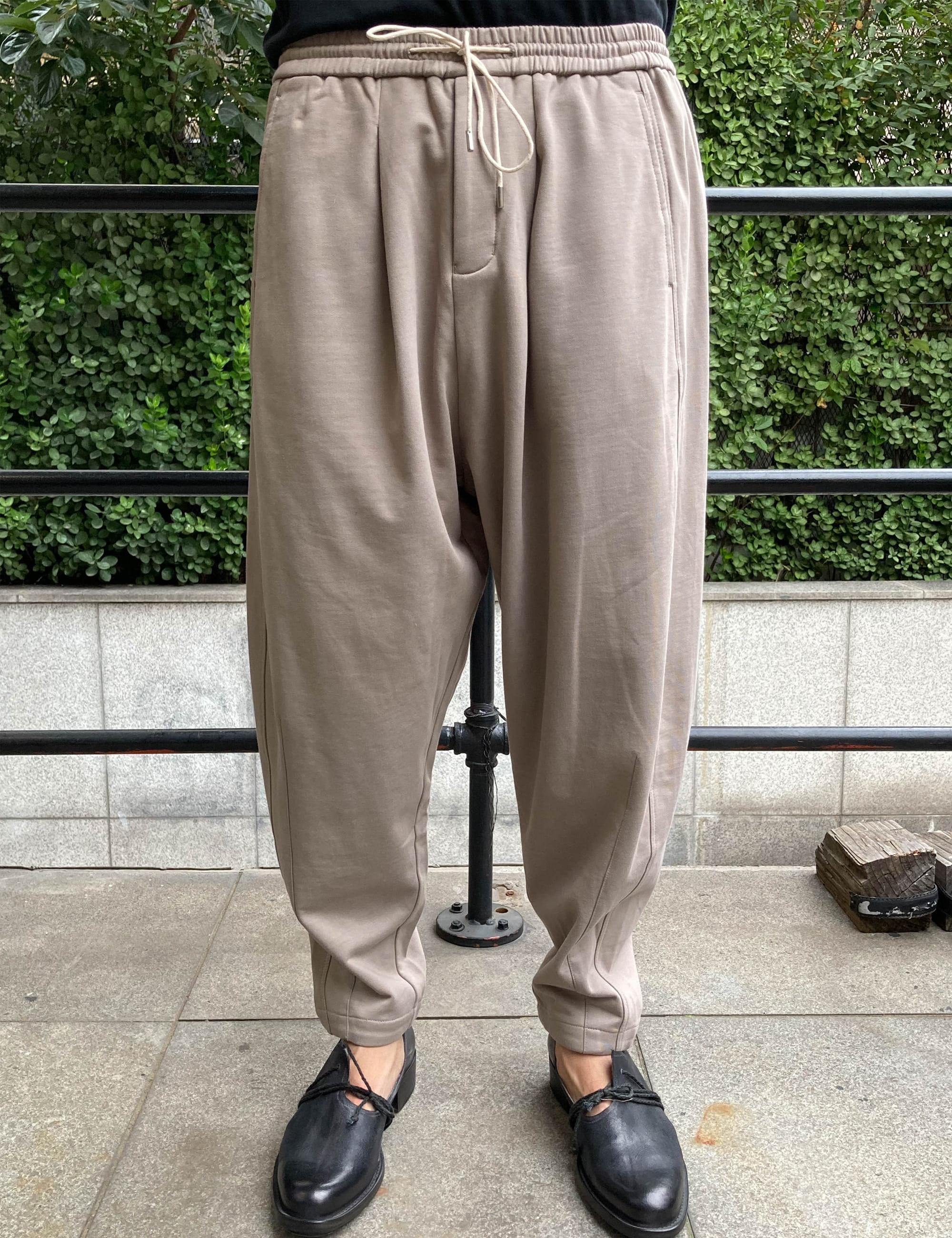 PLEATED HEM TROUSERS_TAUPE